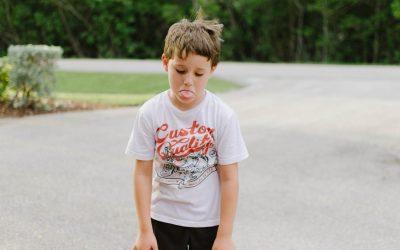 Por qué los niños sacan la lengua mientras hacen una actividad