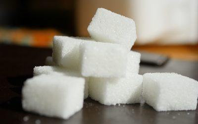 El exceso con el azúcar, edulcorantes artificiales y zumos de frutas.